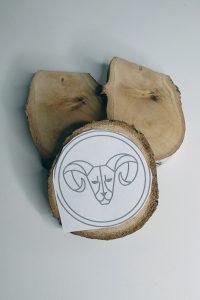 rondelle de bois et modèle zodiac sur papier