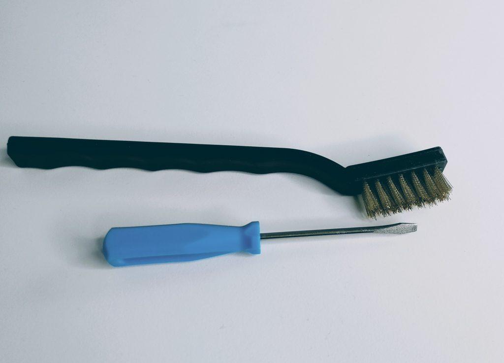 brosse métallique et tournevis
