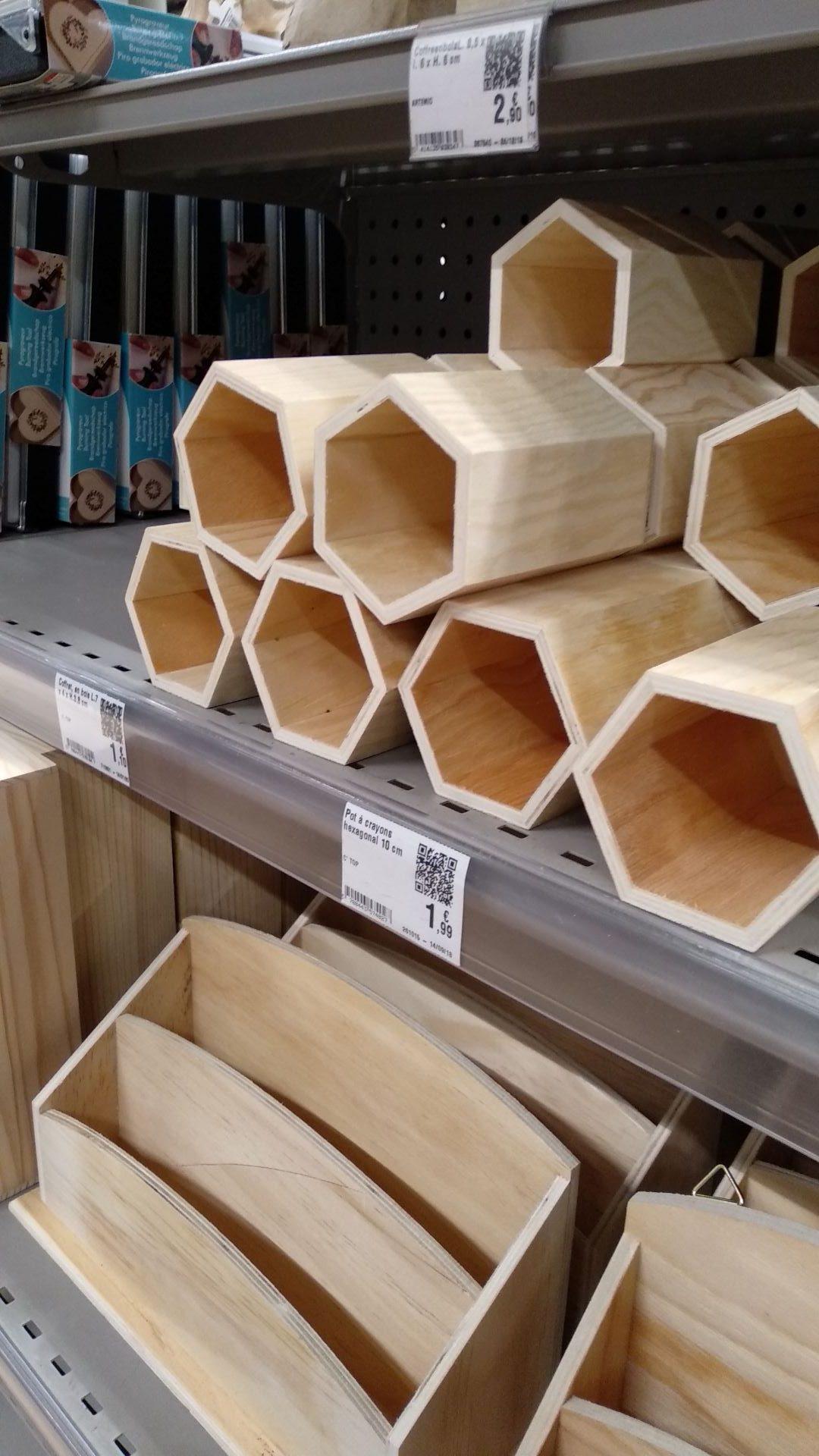boîtes à crayon en rayon de magasin