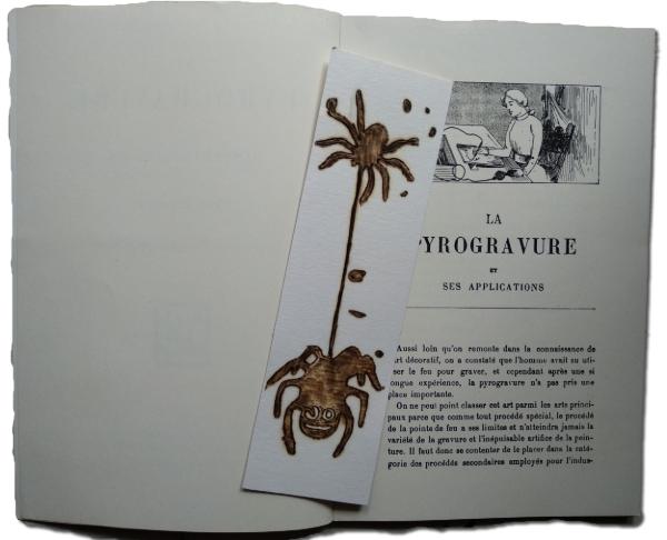 un marque-page sur un livre ouvert